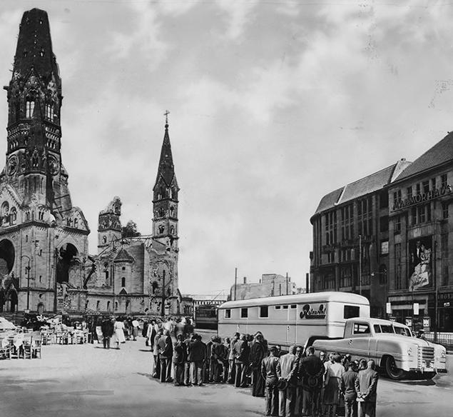 das Rotaprint-Mobil vor der Gedächtniskirche um 1951, Quelle: Rotaprint, Foto Wisch